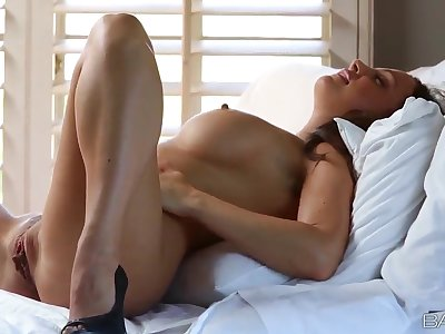 Abigail Mac working with her snatch each morning